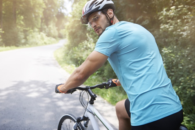 mand med cykelhjelm